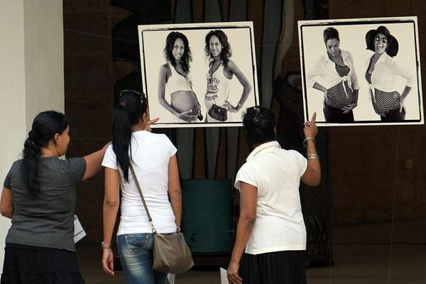 """Asistentes observan fotos de la exposición """"Cómo lo vemos a usted"""", del fotógrafo estadounidense Jeffrey Cárdenas y la cubana Yanela Piñeiro."""