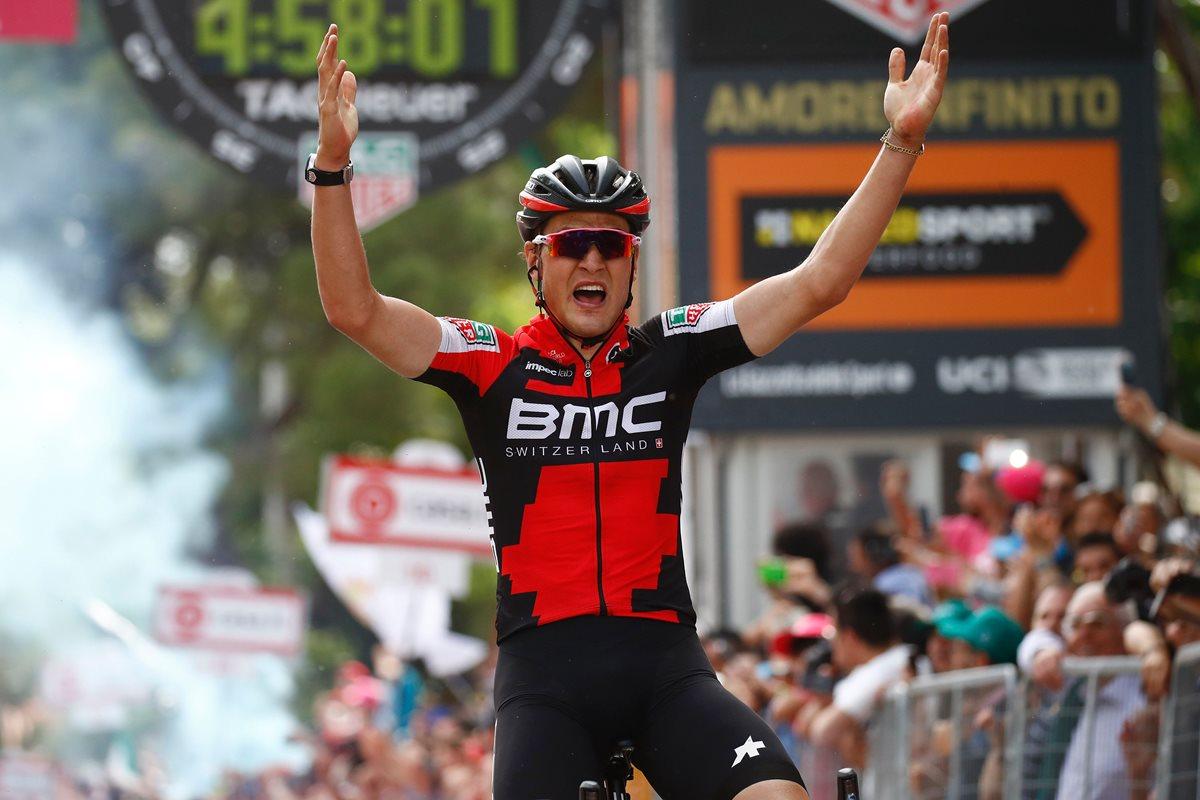 Silvan Dillier festeja al ingresar en el primer lugar a la meta en la sexta etapa del Giro. (Foto Prensa Libre: AFP)