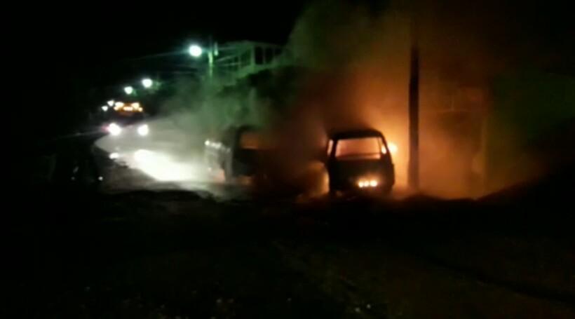 En la colonia Miguel Ángel Asturias, Coatepeque, pandilleros incendiaron dos microbuses que cubren la ruta del Metamercado al barrio Las Casas. (Foto Prensa Libre: BMD Coatepeque)