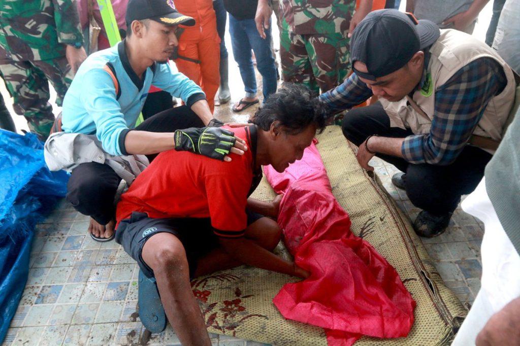 Este hombre observa el cadáver de su hijo en el sur de Lampung, Sumatra, Indonesia, después del tsunami.