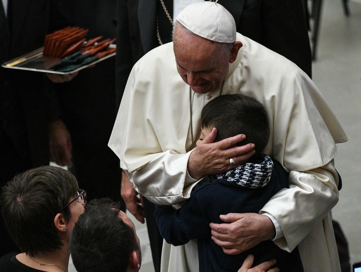 Papa Francisco abraza al niño durante la audiencia general. (Foto Prensa Libre: AFP)