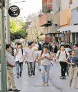 En el Paseo de la Sexta se habilitó internet gratis para los visitantes.La conexión se brinda con respaldo de una empresa. (Foto Prensa Libre: Esbin García)