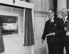 En 1967, el banco Barclays instaló el primer cajero automático del mundo. (Foto Prensa Libre: Getty Images)