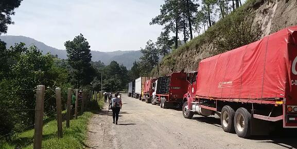 Debido al bloqueo de la ruta Cito Zarco, se han formado largas filas de vehículos. (Foto Prensa Libre: María José Longo)