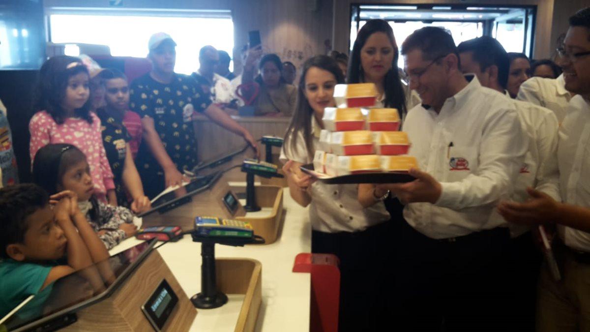 Yolanda de Cofiño, presidenta de McDonald's Guatemala efectuó la primera venta del McDía Feliz. (Foto Prensa Libre: Estuardo Paredes)