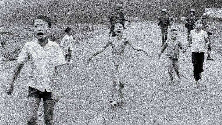 "La famosa foto de la niña del ""napalm"" en 1972. (Foto Prensa Libre: AP)"