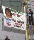 Activistas colocan una pancarta con la imagen de Berta Cáceres, la ambientalista asesinada en Honduras hace unos días. (Foto Prensa Libre: AP).