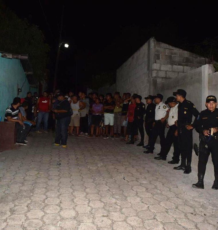 Agentes de la Policía Nacional Civil (PNC) resguardan el lugar donde murió Etelvina Cabrera García. (Foto Prensa Libre: Mario Morales)