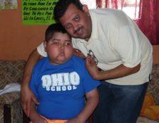 Elliott Rodolfo Castellanos junto a su hijo. (Foto Prensa Libre: Hemeroteca PL).