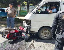 La motocicleta en la que viajaban los tres jóvenes se destruyó por lo fuerte del impacto. (Foto Prensa Libre: Víctor Chamalé)