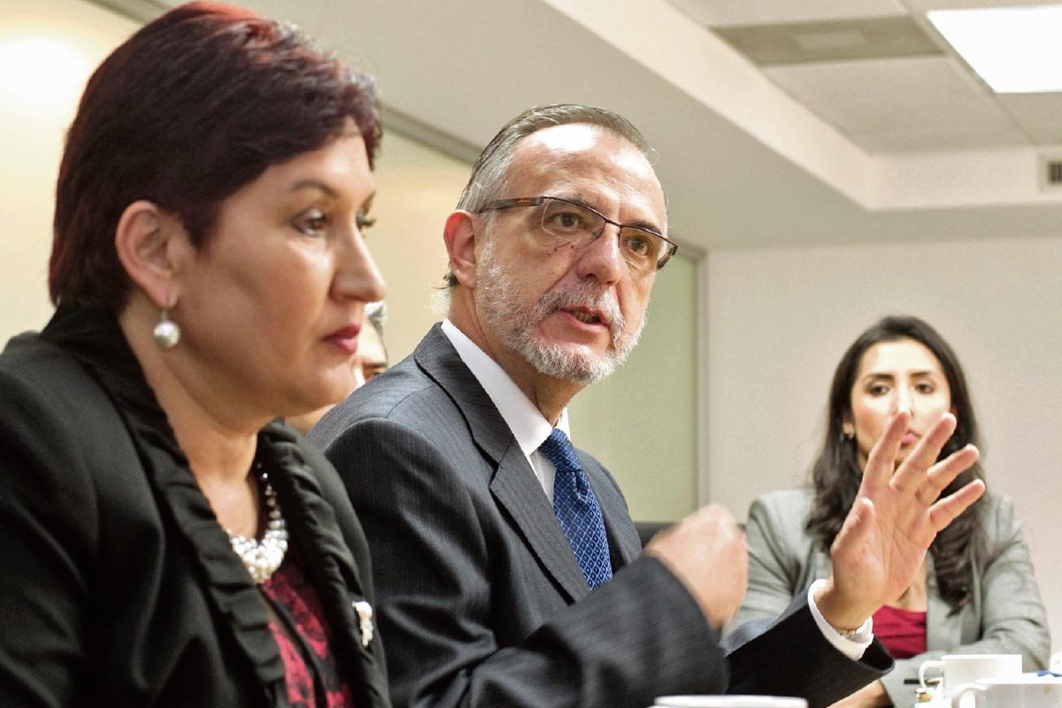 La fiscal Thelma Aldana y el comisionado Iván Velásquez, durante un desayuno efectuado en <em>Prensa Libre</em>. (Foto Prensa Libre: Edwin Bercián)
