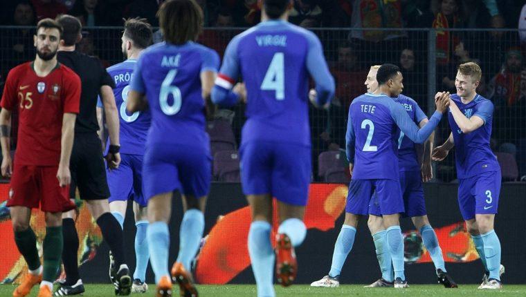 Los jugadores holandeses celebran el 2-0 en el partido contra Portugal disputado en Ginebra, Suiza. (Foto Prensa Libre: EFE)
