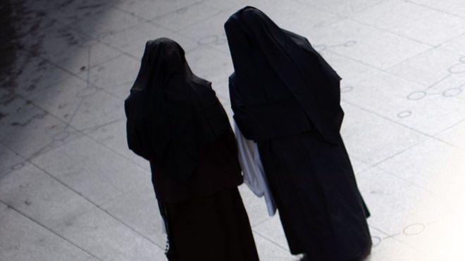 Las hermanas Mary Kreuper y Lana Chang pidieron disculpas por sus acciones y no enfrentarán cargos criminales. GETTY IMAGES