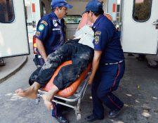 Bomberos trasladan  a un trabajador que perdió el ojo izquierdo, durante un accidente en el que se le incrustó una varilla. (Foto Prensa Libre: Víctor Gómez)