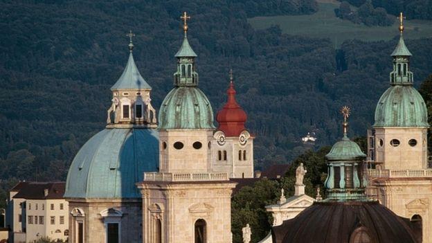 Oberndorf se encuentra unos 20 kilómetros al norte de Salzburgo, que cuenta con una imponente catedral. (GOOGLE)