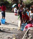 Unas 10 mil personas que viven en siete comunidades amenazadas por el Volcán de Fuego denuncian que no han recibido atención. (Foto Prensa Libre: Esbin García)