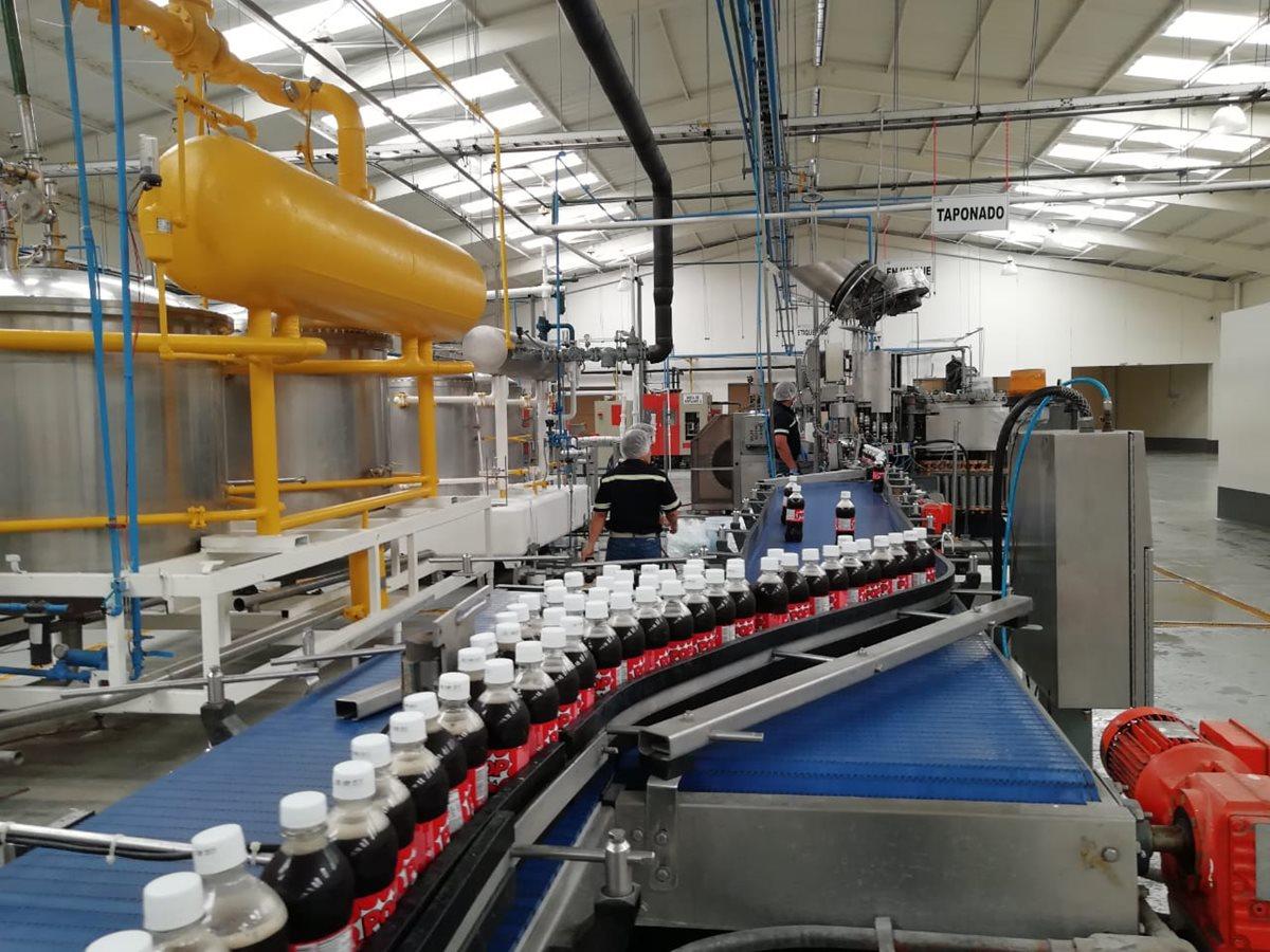 La planta está ubicada en el Km. 64 antigua carretera a Puerto San José, y tiene una capacidad anual de producción de 100 millones de litros. (Foto Prensa Libre: Carlos E. Paredes)