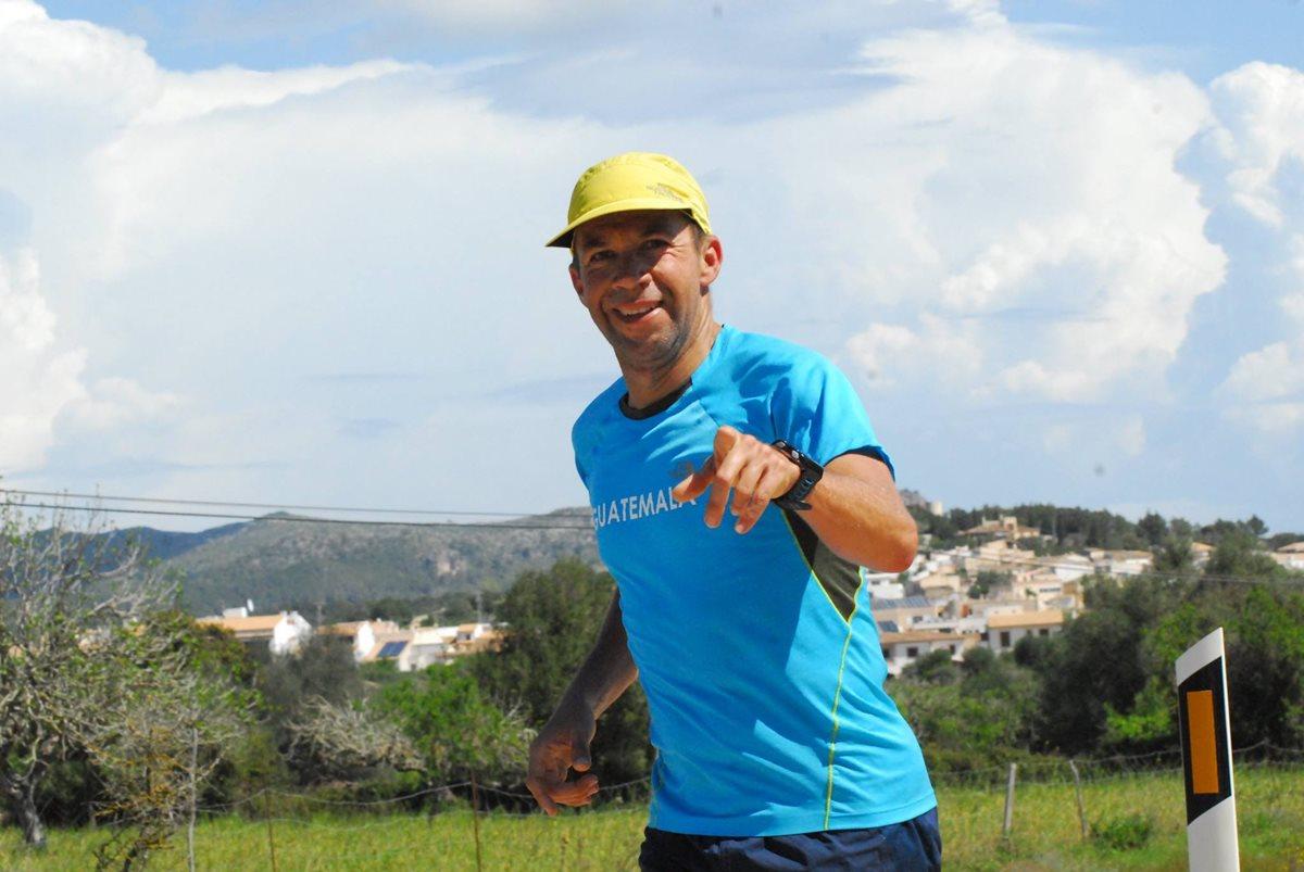 El guatemalteco Juan Carlos Sagastume recorre parte del trayecto del Ultra Mallorca Man. (Foto Prensa Libre: Cortesía CDAG).