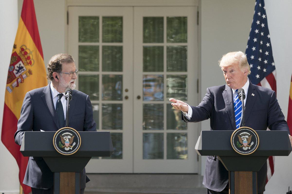 Donald Trump (d), y Mariano Rajoy ofrecen una conferencia de prensa en la Casa Blanca, en Washington. (EFE).