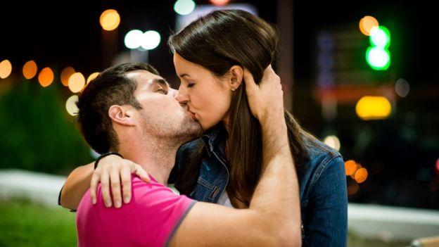 La persona que recibe el beso se adecúa al movimiento de quien lo inicia. GETTY IMAGES