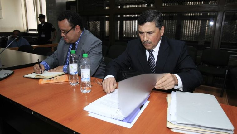 Édgar Barquín y su abogado esperan la sentencia en el Juzgado de Mayor Riesgo B. (Foto Prensa Libre: Paulo Raquec)