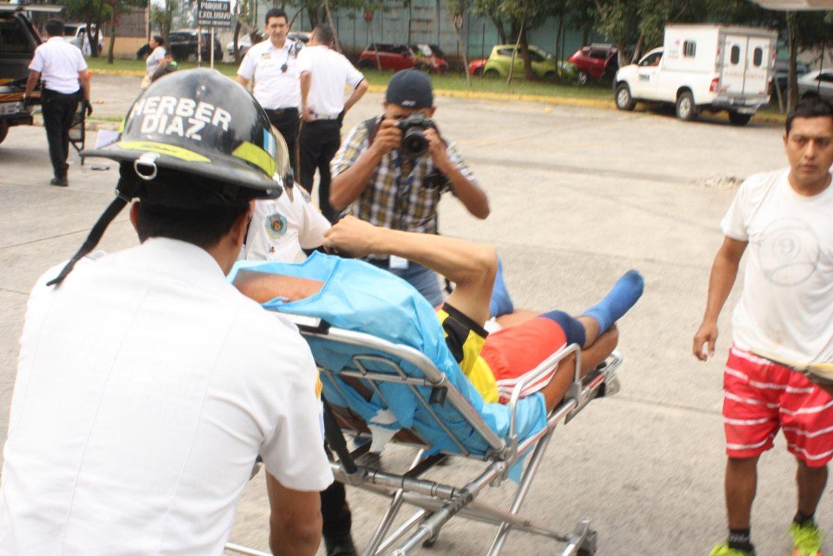 Los Bomberos Voluntarios trasladan a una persona al Hospital Roosevelt luego de ser atacada a balazos. (Foto Prensa Libre: Bomberos Voluntarios)