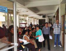 Personas esperan a ser atendidas en la consulta externa del Instituto de Cancerología. (Foto Prensa Libre: Roni Pocón)