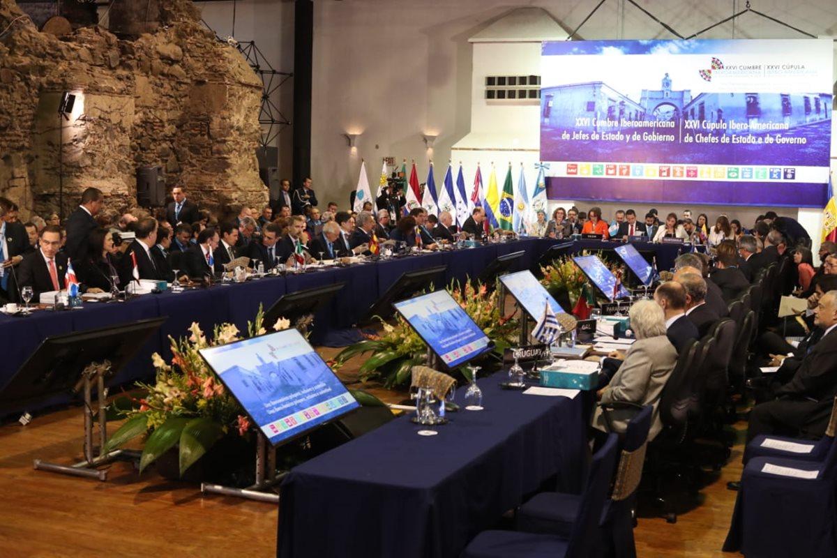 Vista de la reunión de presidentes y jefes de Estado que participan en la 26 Cumbre Iberoamericana. (Foto Prensa Libre: Esbin García)
