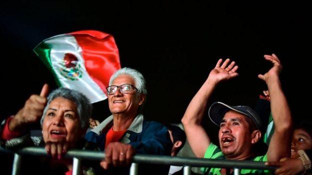 Los gritos, abrazos y llantos de emoción no se hicieron esperar en el centro de la Ciudad de México al saber del triunfo de AMLO. (AFP)