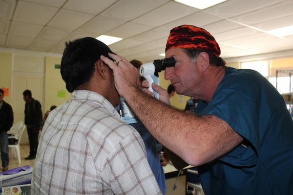 """Paciente recibe atención médica en la jornada que se efectúa en Santa Lucía Utatlán. (Foto Prensa Libre: Édgar Sáenz) <br _mce_bogus=""""1""""/>"""