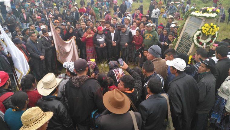 Autoridades y pobladores de 48 Catones conmemoraron los 5 años de la masacre ocurrida el 4 de Octubre del 2012 en la Cumbre de Alaska. (Foto Prensa Libre: Ángel Julajuj)