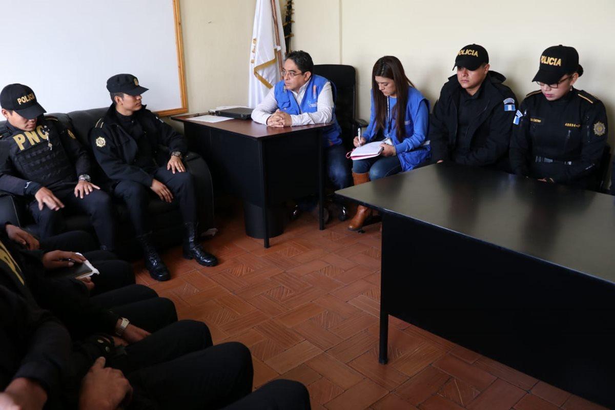 El Procurador de Derechos Humanos Jordán Rodas habló con agentes de la PNC que fueron retirados de la Cicig.(Foto Prensa Libre: cortesía PDH)