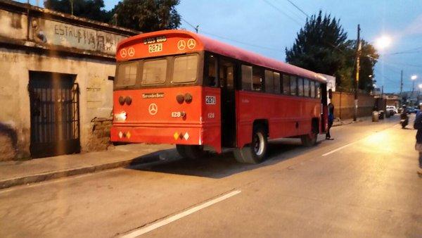 El piloto de un bus de la ruta 73 y otra persona resultaron heridos en un ataque armado. (Foto Prensa Libre: Erick Ávila)