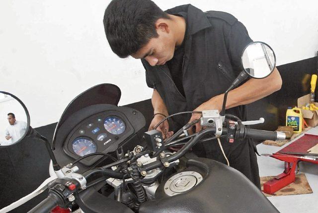 Los servicios mecánicos serán una de las opciones que el Estado buscará en los pequeños emprendedores. (Foto Prensa Libre: Hemeroteca PL)