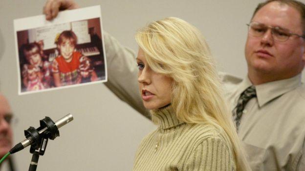 """La hermana de una de las víctimas del llamado """"Asesino de Green River"""", Debra Estes, habla durante el juicio contra Gary Ridgway. GETTY IMAGES"""