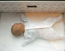 La caja de cartón que entregan llena de productos puede usarse también como cama para el bebé. MILLA KONTKANEN