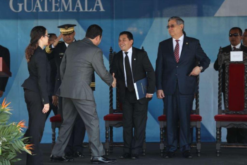 En un acto oficial el 26 de marzo, Kamilo Rivera, entonces viceministro de Gobernación, saluda al presidente Jimmy Morales durante la entrega de patrullas a la PNC. Foto Prensa Libre: Hemeroteca PL)