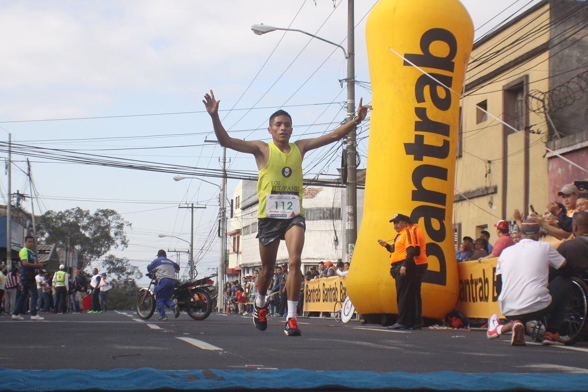 Mario Pacay alza los brazos y festeja su primer triunfo del año. (Foto Prensa Libre: Jesús Cuque)