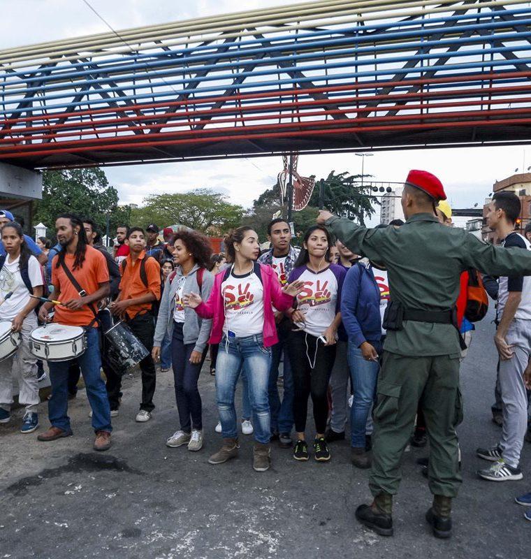 Los venezolanos salieron a las calles a protestar en contra del procesos electoral de ayer en Venezuela. (Foto Prensa Libre: EFE)