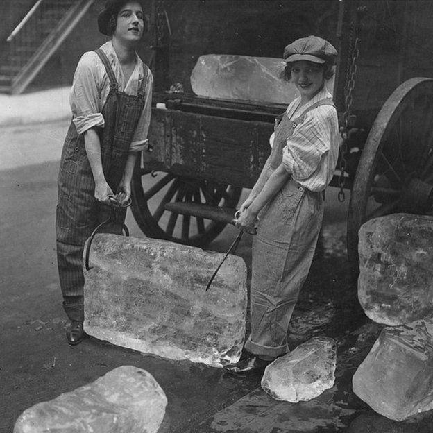 Chicas repartiendo hielo durante la Primera Guerra Mundial. Unos años más tarde, los refrigeradores reducirían considerablemente el negocio. (Foto: U.S. National Archives and Records Administration)