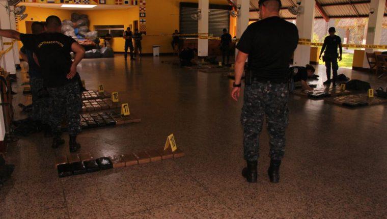La droga se encontraba oculta en sacos dentro de las embarcaciones que fueron interceptadas por militares. (Foto Prensa Libre: PNC)