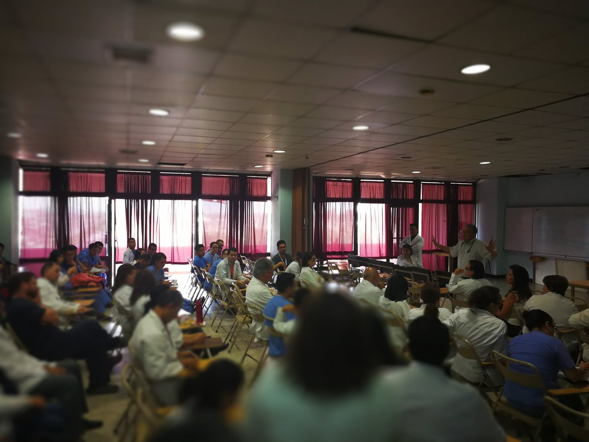 Médicos del Hospital San Juan de Dios estuvieron esta mañana en una asamblea permanente, para discutir los pasos a seguir en los próximos días. (Foto Prensa Libre: Ana Lucía Ola)