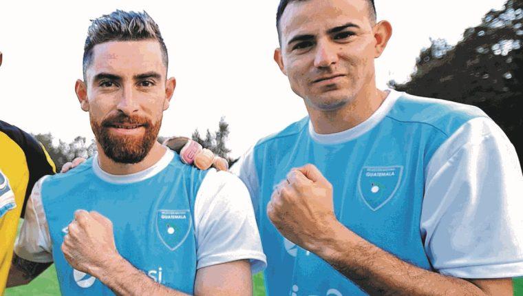 Jean Márquez y Marco Pablo Pappa festejan un paso importante para el futbol guatemalteco. (Foto Prensa Libre: Hemeroteca PL)