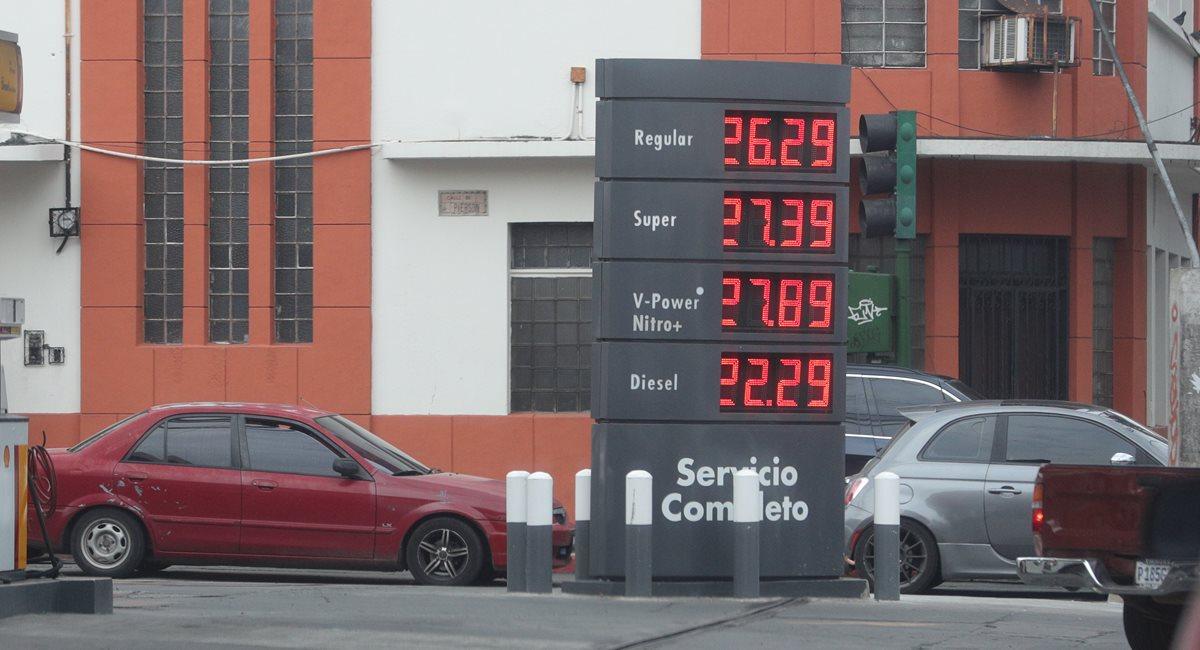 Gobierno justifica alza en combustibles y dice que precios son los más bajos de la región