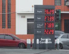 Los precios en los combustibles se mantienen al alza. (Foto Prensa Libre: Carlos Hernández)