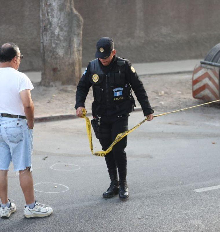 Agentes de la PNC acordonan el área donde sucedió el ataque, para resguardar las evidencias. (Foto Prensa Libre: Érick Ávila)