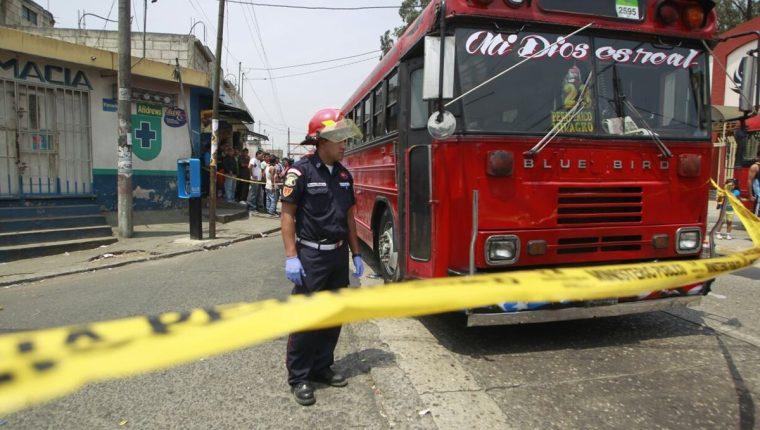 El bus que conducía Edgar Antonio López quedó detenido frente a una iglesia evangélica. (Foto Prensa Libre: Edwin Bercián)