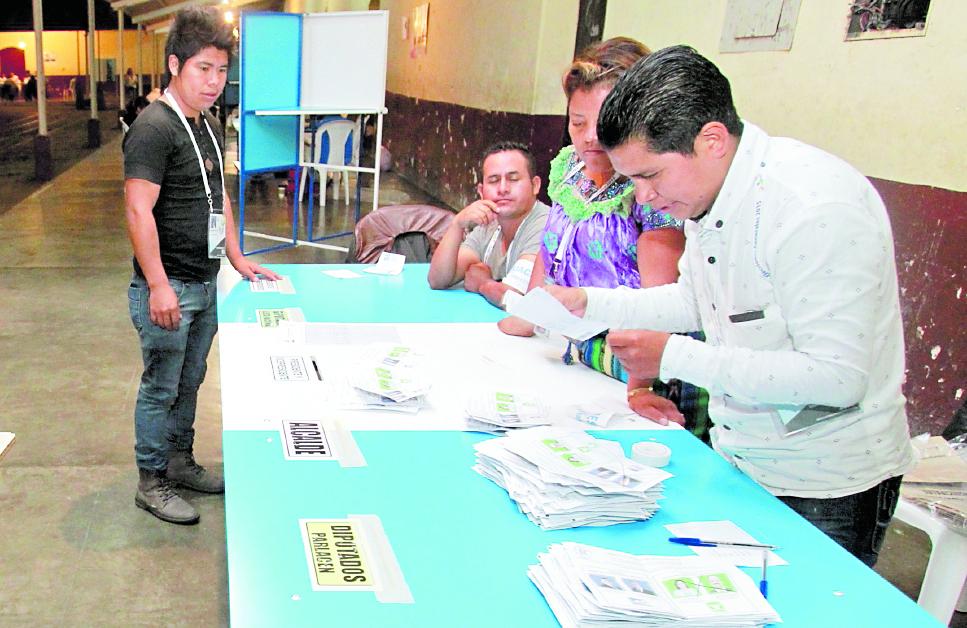 El día de la elección los partidos pagan la jornada y alimentación a los fiscales que los representan. (Foto Prensa Libre: Hemeroteca PL)