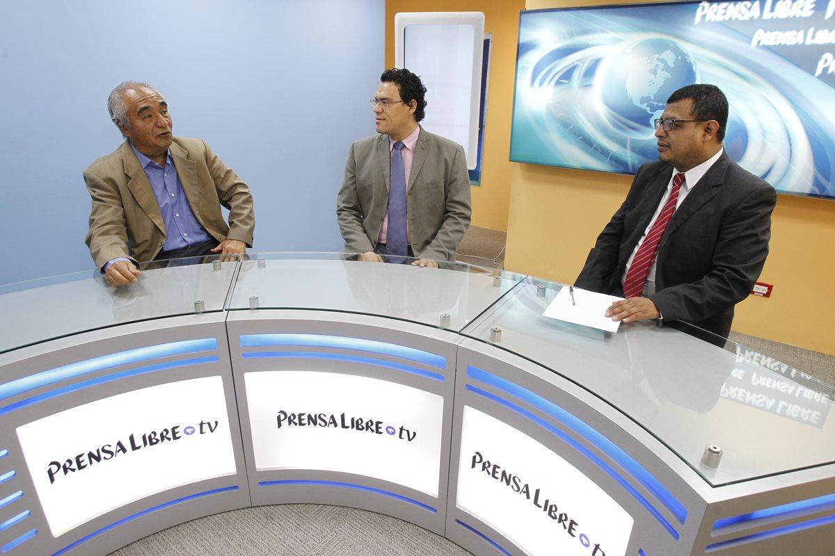 Enrique Álvarez, de Incidencia Democrática, y el analista de Asíes, José Carlos Sanabria, conversan con el periodista de Prensa Libre, Manuel Hernández. (Foto Prensa Libre:Paulo Raquec)