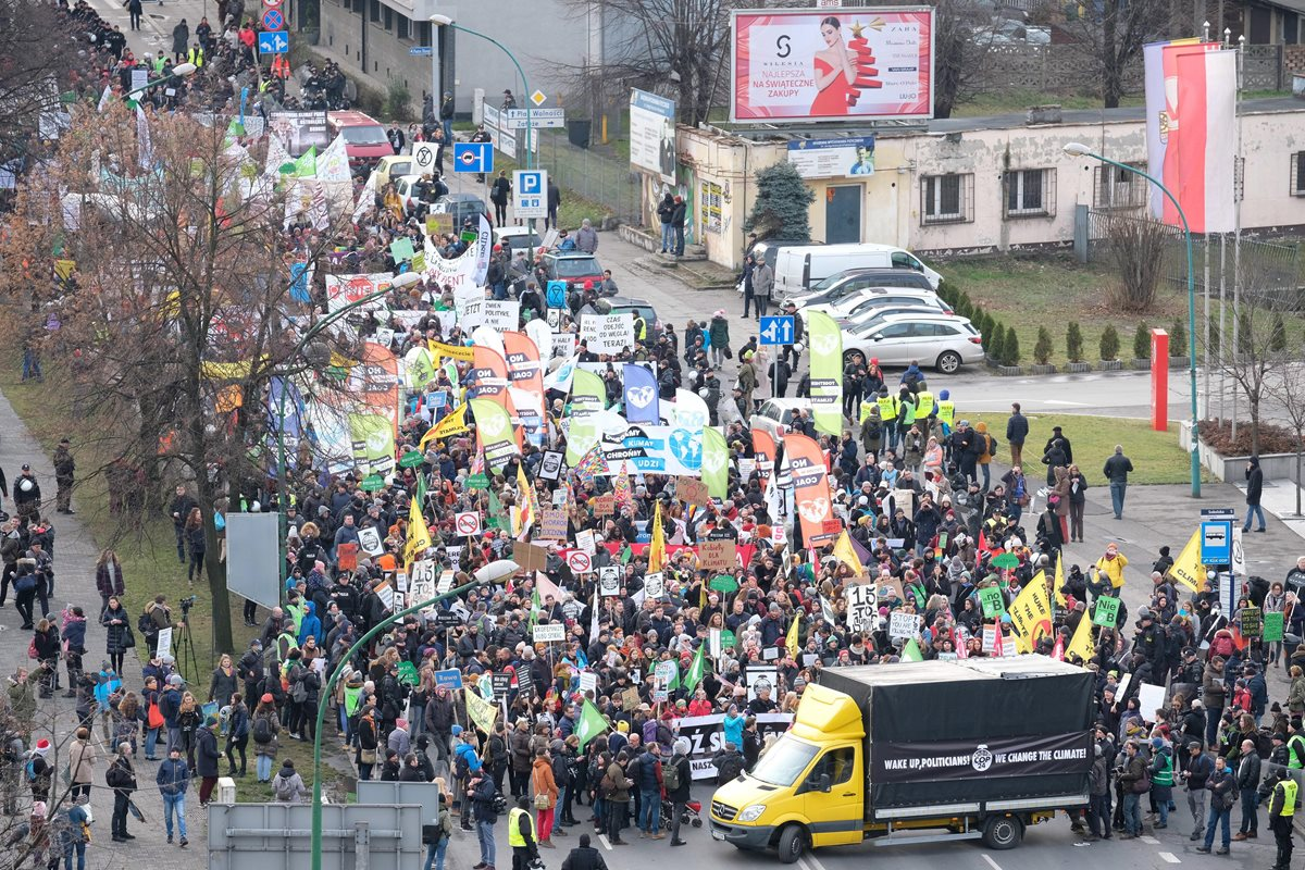 Manifestación por el clima en Katowice, Polonia, mientras de celebra el encuentro de la COP24. (Foto Prensa Libre: EFE)